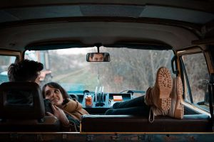 pareja abrazada en coche