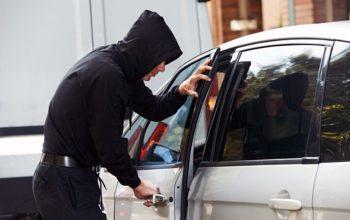 Hombre robando carro